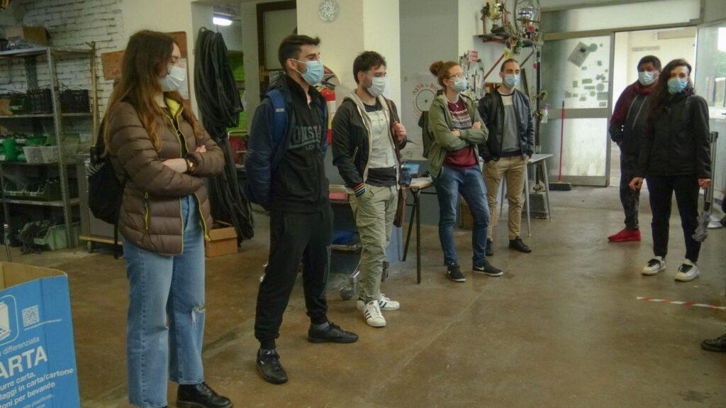 I ragazzi alla Ciclofficina di Modena